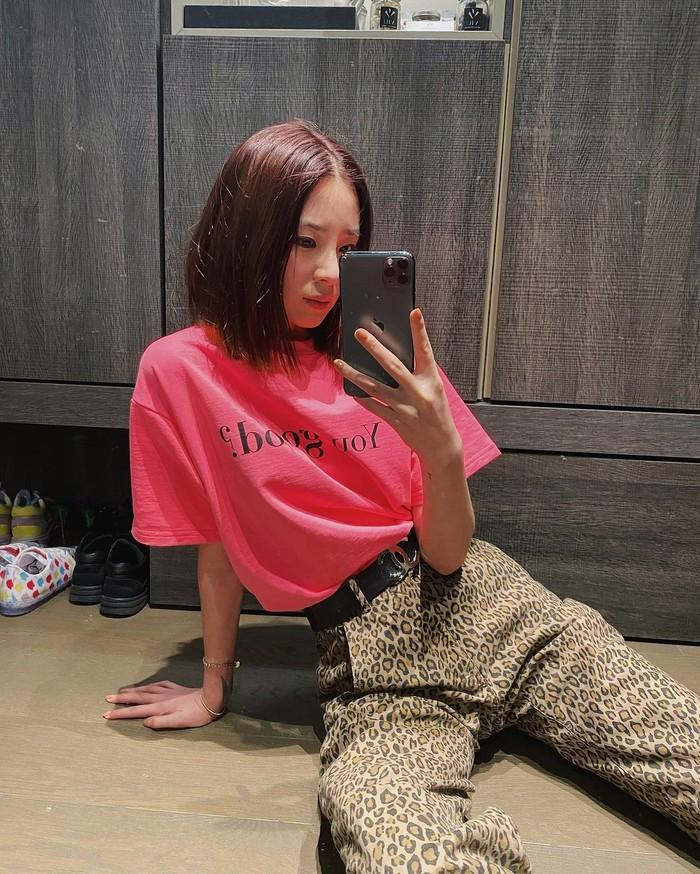 Rawwrr!! Celana bermotif kulit macan ini juga cocok loh dipadukan dengan t-shirt warna hot pink. Irene pun memadukannya dengan cantik, sambil memasukkan t-shirtnya ke dalam celana/Sumber/Instagram/ireneisgood.