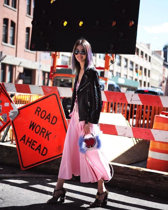 Irene memkai casual dress berwarna pinkyang cocok dipadukan dengan jaket berbahan kulit warna hitam. Dia menambah pemakaian handbag dan juga wedges, serta sunglasses yang membuattampilannya lebih tegas/Sumber/Instagram/ireneisgood.