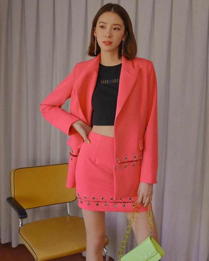 Tampil dengan sentuhan formal dengan balzer berwarna pink terang dengan inner tank top berwarna gelap untuk menyeimbangkan elemen warna pada outfitnya/Sumber/Instagram/ireneisgood.