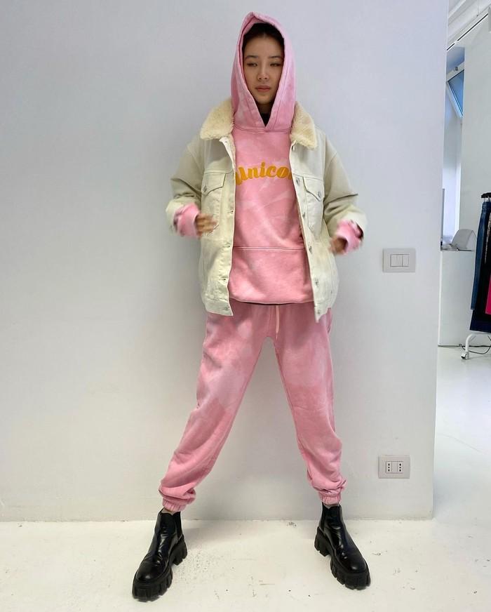 Tampil santai di musim dingin tapi tetap gaya? Nih, bisa contoh setelan pink training pants dan hoodie yang dipadukan dengan white jeans jacket, serta boots hitam/Sumber/Instagram/ireneisgood.