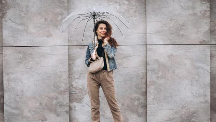 Tampil Cantik Sekaligus Cute Saat Hujan dengan Ide Outfit Ini