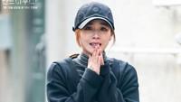 <p>Di sisi lain, Oh Yoon Hee tampak terlihat kurus dan tidak terawat dalam salah satu potongan adegan <em>The Penthouse</em> season 2. (Foto: SBS)</p>