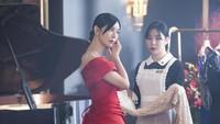 <p>Dalam salah satu potongan adegan The Penthouse season 2, Cheon Seo Jin terlihat memilih gaun untuk dikenakannya dalam sebuah acara. (Foto: SBS)</p>