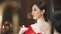 <p>Karakter Cheon Seo Jin akan kembali di drama Korea <em>The Penthouse</em> season 2. Sosoknya digambarkan akan semakin jahat dan brutal, Bunda. (Foto: SBS)</p>