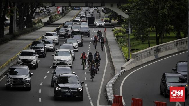 Anies Baswedan menginstruksikan kendaraan pribadi berusia di atas 10 tahun dilarang melintas di Jakarta. Peraturan ini mulai berlaku pada 2025.