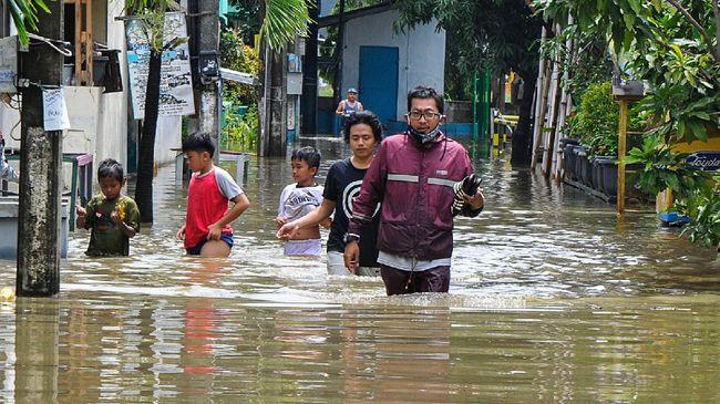 Kelurahan Pejaten Timur, Kota Jakarta Selatan mengantisipasi kenaikan muka air Sungai Ciliwung dengan menyiagakan petugas, perahu, hingga posko pengungsian.