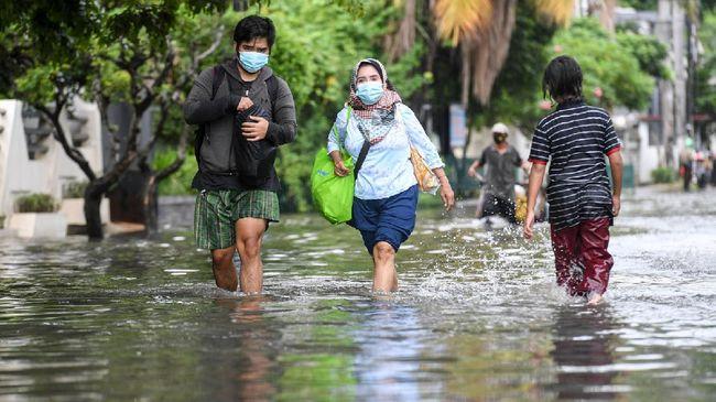 Badan Penanggulangan Bencana Daerah (BPBD) DKI Jakarta mengimbau agar warga yang tinggal di sepanjang bantaran sungai mewaspadai banjir.