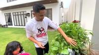 <p>Meski sibuk menjalani aktivitas, ternyata Hengky memiliki hobi menanam tanaman hidroponik, lho. Ia bahkan memiliki kebun kangkung hidroponik miliknya sendiri. (Foto: youtube Hengky Kurniawan)</p>