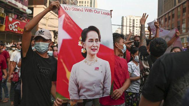 Pemimpin terguling Myanmar mengucapkan terima kasih atas aksi unjuk rasa simpatisan pada hari ulang tahunnya dengan melakukan gerakan bunga.