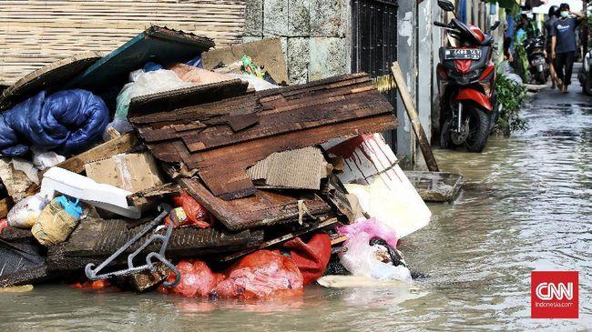 Pemprov DKI menyiapkan 5.000 petugas selama 24 jam untuk menangani sampah pasca banjir yang terjadi sejak Sabtu (20/2) pagi.
