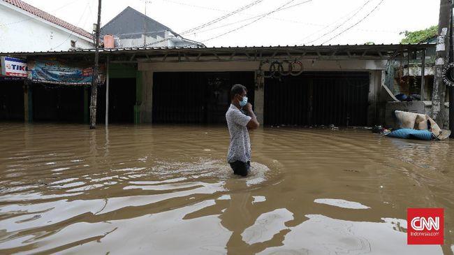 Luapan sungai Cileungsi dan Cikeas mengakibatkan jebolnya tanggul Bekasi sehingga banjir menggenangi perumahan Pondok Gede Permai Jatiasih.