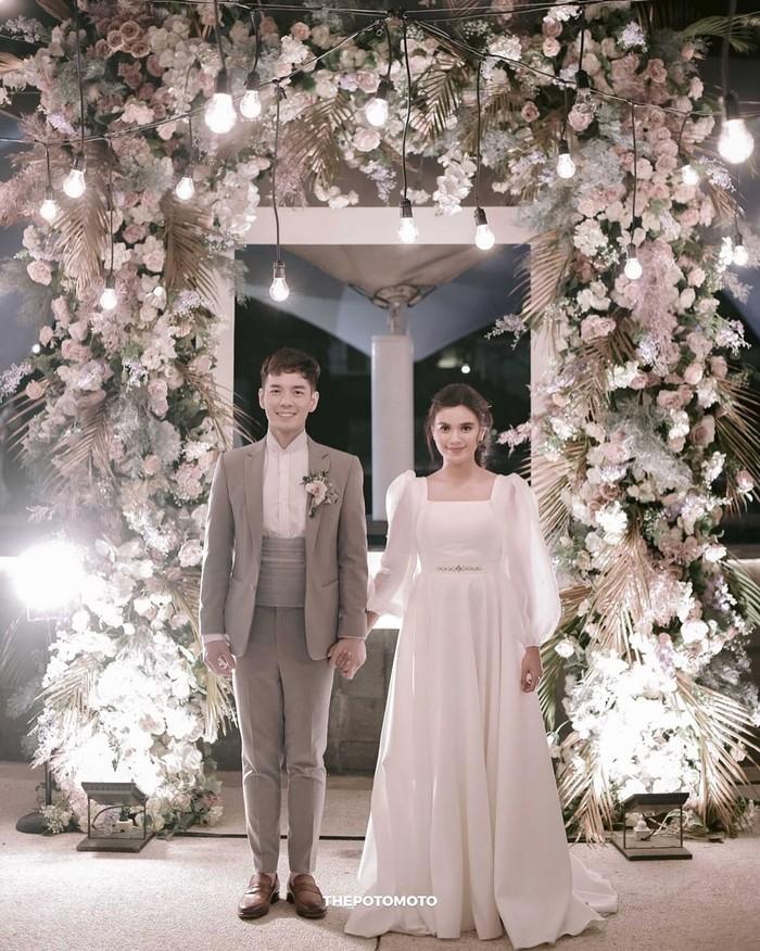 Audi Marissa juga tampil anggun dalam gaun pengantin yang simpel di hari pernikahannya. Aktris yang menikah dengan Anthony Xie ini mengenakan dress putih bermodel lengan balon yang memberikan kesan klasik. Dalam unggahannya di instagram, pemain sinetron Anak Langit ini mengunggapkan memang memimpikan gaun pengantin yang simpel dan tidak terlalu terbuka untuk hari istimewanya. (Foto: instagram.com/audimarissa)