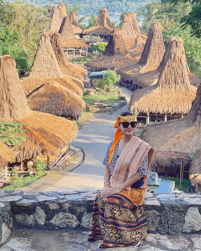 Saat berlibur ke Sumba Barat, Aurelie juga mencoba memakai pakaian adat setempat. Dia memakai kain tenun untuk rok dan selempangnya. Tak lupa juga memakai aksesoris di kepala/Sumber/Instagram/aurelie.hermansyah.