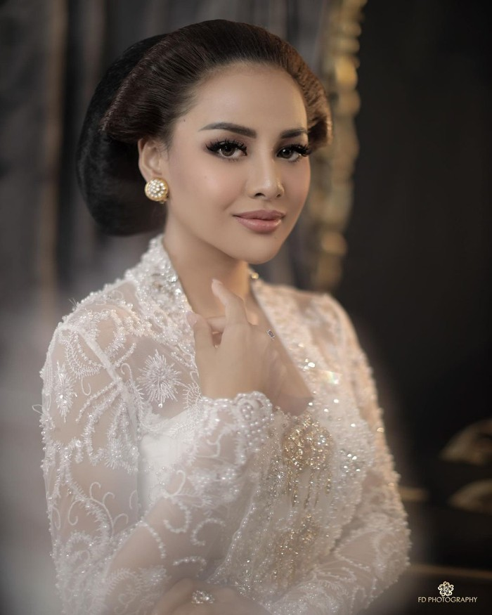 Sebagai gadis keturunan Jawa Timur, Aurelie juga mencoba berpakaian dengan adat Jawa. Dia memilih kebaya putih lengkap dengan sanggul serta aksesoris giwang yang khas dengan adat Jawa/Sumber/Instagram/aurelie.hermansyah.