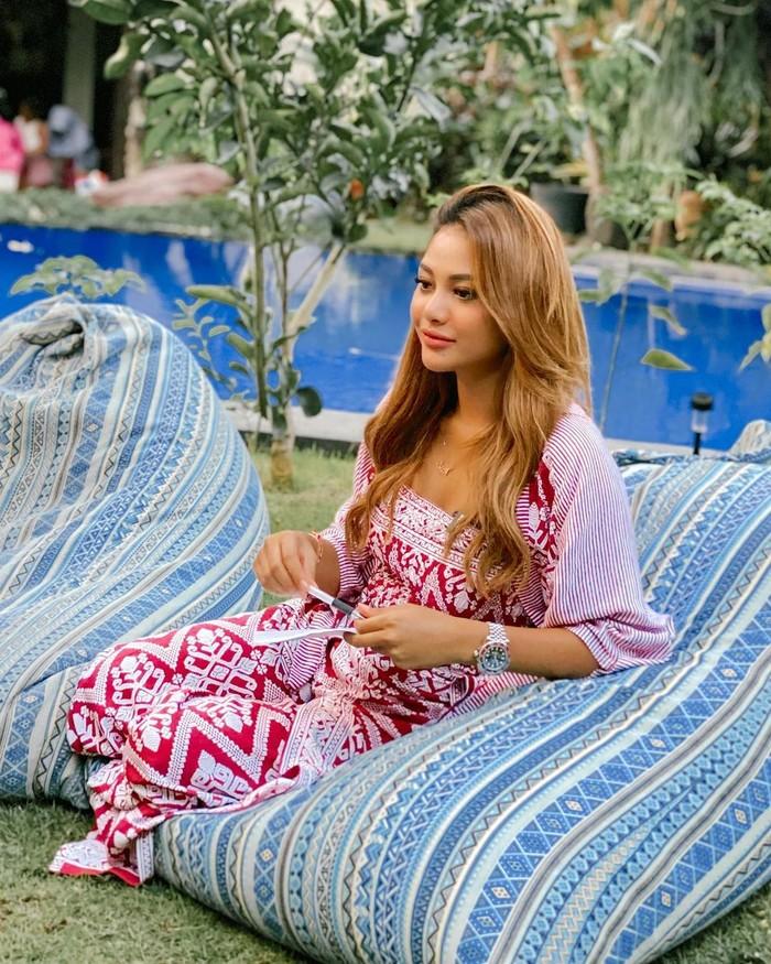Tak hanya pakaian tradisional, kain Batik pun seolah tak lepas dari keseharian Aurelie. Dalam beberapa kesempatan dia juga kerap memakai Batik yang tak melunturkan paras ayunya/Sumber/Instagram/aurelie.hermansyah.