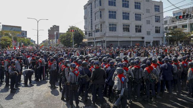 Polisi Myanmar kembali melepas tembakan hingga menewaskan satu demonstran, dalam aksi damai menolak kudeta militer, Jumat (5/3).