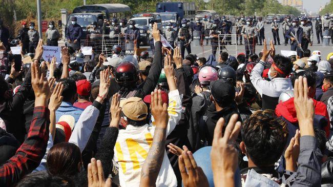 Dubes Myanmar untuk PBB, Kyaw Moe Tun, memperagakan simbol tiga jari sebagai solidaritas terhadap gerakan menentang kudeta.