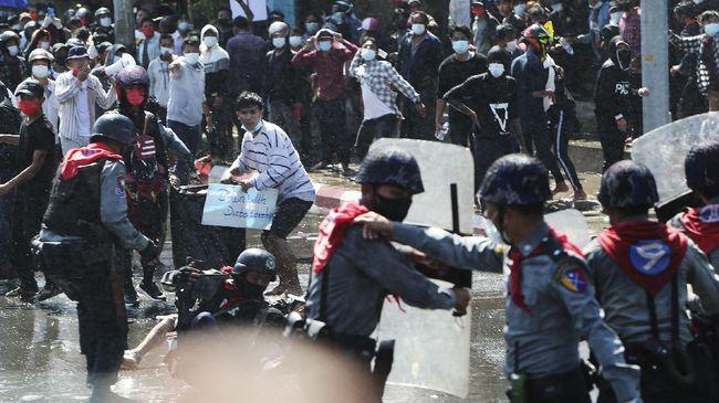 Tiga demonstran anti-kudeta militer mengalami kritis akibat kena tembak pasukan keamanan Myanmar, Selasa (2/3).