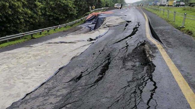 Pengusaha logistik menyebut arus barang di Jawa bisa lumpuh karena selain tol Cipali yang amblas, jalur Pantura juga terputus akibat banjir di wilayah sekitar.