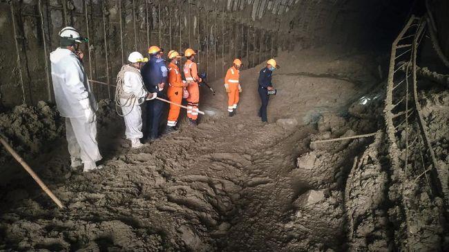 Upaya penyelamatan pekerja yang masih terjebak longsor gletser Himalaya hingga kini masih berlanjut.