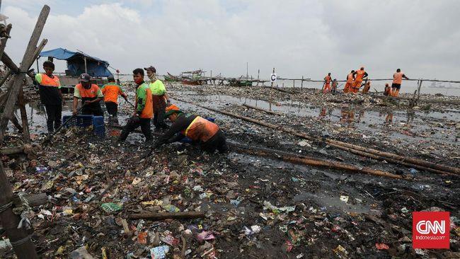 Perairan di kawasan Pulau Pari, Jakarta, tercemar sampah. Sampah-sampah plastik dan styrofoam berserakan diduga kiriman dari pesisir utara Jakarta.