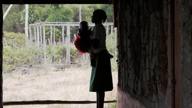Suara tangis bayi dan cekikikan bocah memecah kesunyian dari balik ruang belajar di Serena Haven Secondary, sekolah perempuan korban pelecehan seksual.