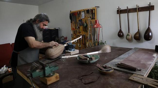 Mengenal Tanbur dan Setar, alat musik petik tradisional Persia yang masih dikenal hingga saat ini.