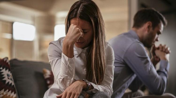 Bisakah rasa sakit hati hilang setelah diselingkuhi suami? Para ahli terapis hubungan memberikan saran cara menghilangkan sakit hati setelah diselingkuhi.