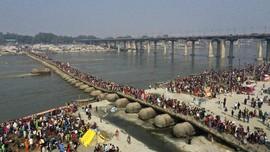 FOTO: Magh Mela, Upacara Mandi Bersihkan Dosa di India