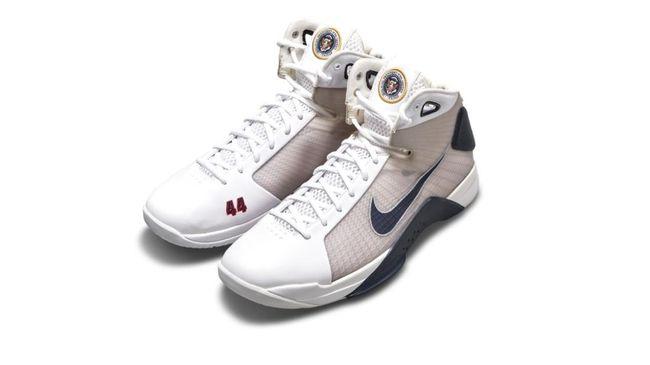 Sepasang sepatu basket yang khusus dibuat untuk Barack Obama saat dia menjadi Presiden ke 44 Amerika Serikat bakal dilelang dengan harga mulai Rp349 juta.