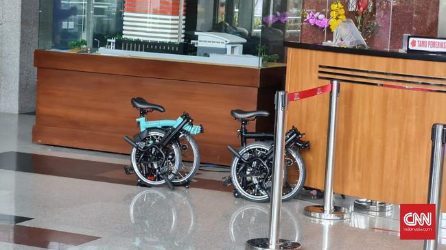 Dua pejabat tinggi Kementerian Sosial mengaku menerima sepeda merek Brompton dari tersangka kasus suap bansos corona, Adi Wahyono.