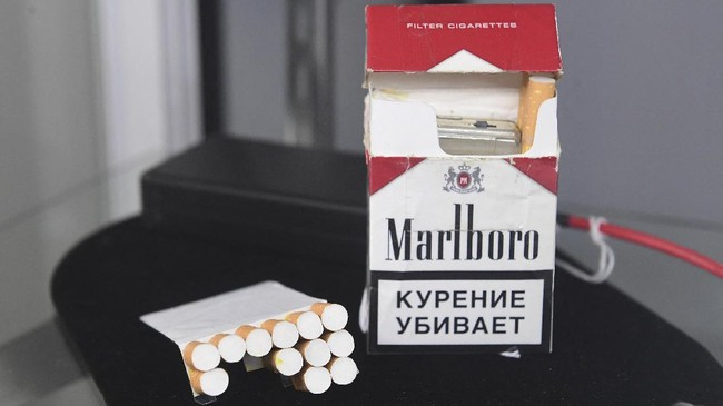 Gigi palsu bersianida dan bungkus rokok yang menyembunyikan kamera milik mata-mata Soviet di perang dunia II dilelang di Beverly Hills AS.