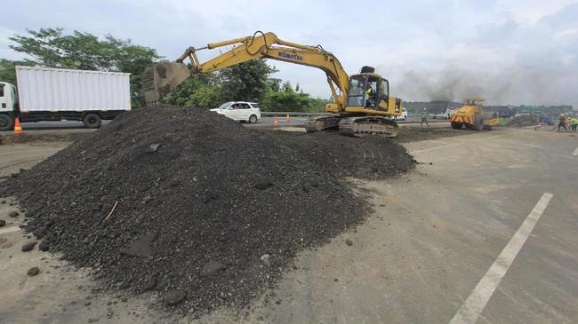 Proses perbaikan jalan tol Cipali KM122 yang amblas terus digencarkan pihak pengelola, sementara korlantas menerapkan rekayasa lalin.