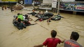 Tercatat sebanyak 32 ribu orang dari 5.764 kepala keluarga mengungsi akibat terdampak banjir yang melanda 75 desa dari 11 kecamatan di Kabupaten Subang.
