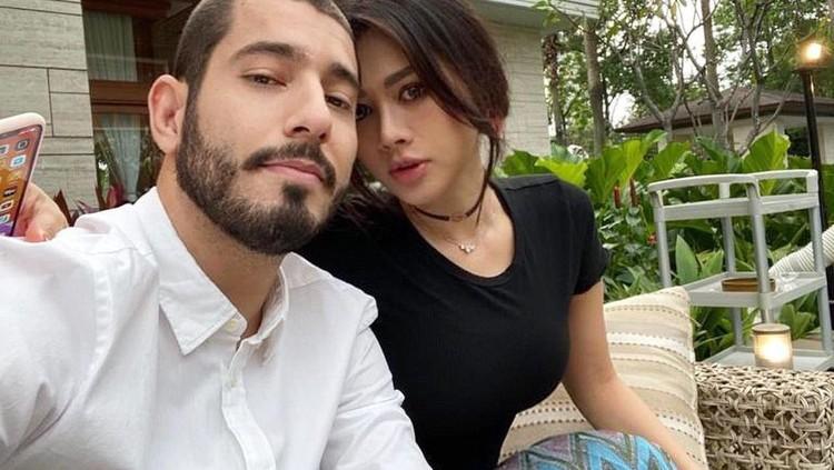 Adinda Bakrie dan suaminya