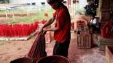 Perajin hio atau dupa mulai kebanjiran pesanan jelang perayaan Imlek. Berikut gambarannya.