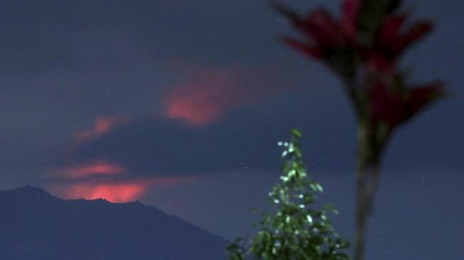 Gunung Raung, Jawa Timur, berstatus waspada (Level II), di mana PVMBG mencatat aktivitas vulkaniknya terpantau masih cenderung terus menerus mengeluarkan asap.