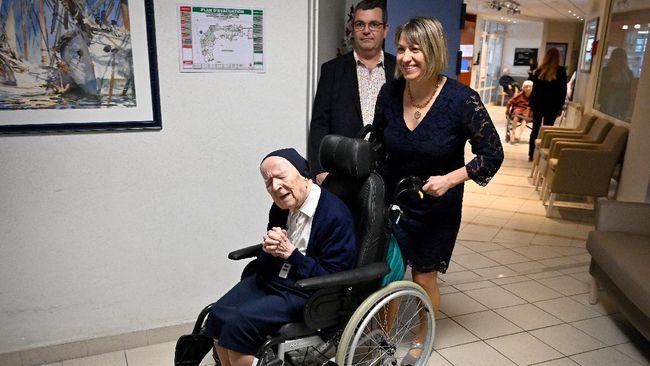 Suster Andre, biarawati Prancis sekaligus orang tertua di Eropa merayakan ulang tahun ke-117 tahun pada Kamis (11/2) setelah sembuh dari covid-19.