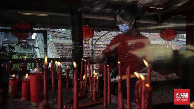 Di tengah pandemi Covid-19, Imlek 2021 tak diramaikan oleh perayaan meriah. Salah satunya dapat terlihat di Wihara Dharma Bakti Hui Tek Bio, Jakarta.