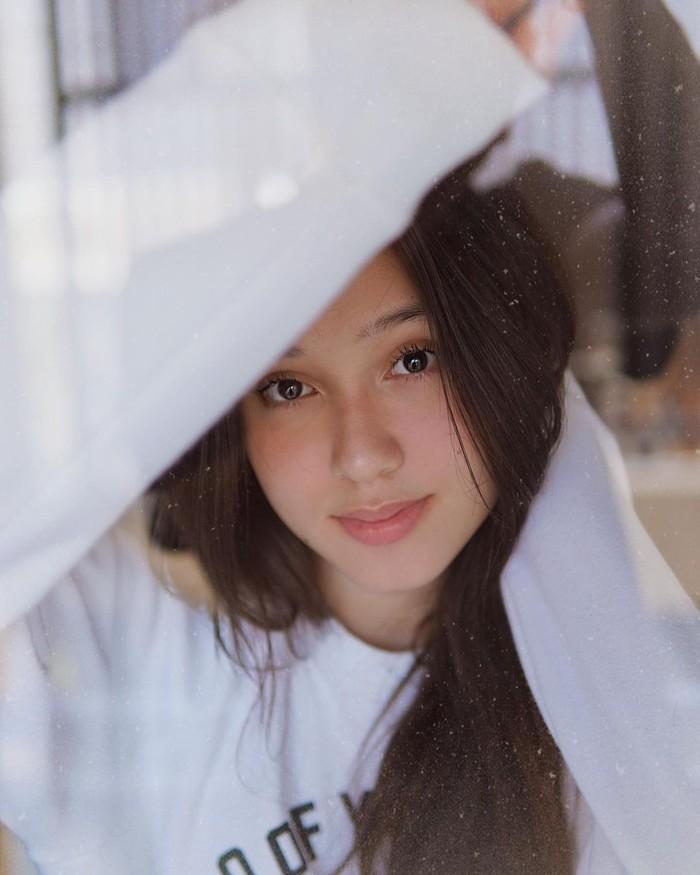 Yasmin Napper memiliki nama lengkap Yasmin Safira Napper. Aktris kelahiran 2003 ini memulai karirnya dengan menjadi cameo di film Generasi Micin (2018). Sejak debutnya, ia kemudian membintangi beberapa judul film dan FTV (Foto: instagram.com/yasminnapper)