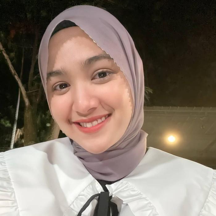 Pemain sinetron Cut Syifa belum lama ini mantap memutuskan untuk berhijab. Muslimah yang terkenal karena perannya di sinetron Samudra Cinta ini terlihat cantik dan anggun saat mengenakan hijab. (instagram.com/sukisyifa)