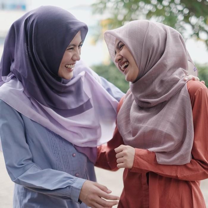 Meski sudah berkomitmen mengenakan hijab, gadis kelahiran 18 September 1998 itu masih membiarkan potret lamanya yang tak menggunakan hijab di akun instagramnya. (instagram.com/cutsyifaa)