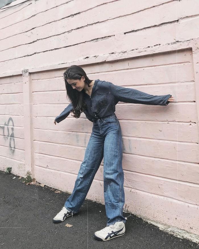 Gaya busananya juga sering dipuji penggemar karena simpel dan sesuai usia. Celana jeans menjadi pilihan outfit andalannya saat sedang santai. Ia kemudian gemar memadukannya dengan sneakers. (Foto: instagram.com/yasminnapper)