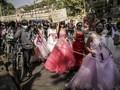 FOTO : Barisan Pengantin dan Pria Macho Dalam Demo Myanmar