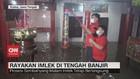 VIDEO: Warga Rayakan Imlek di Tengah Banjir