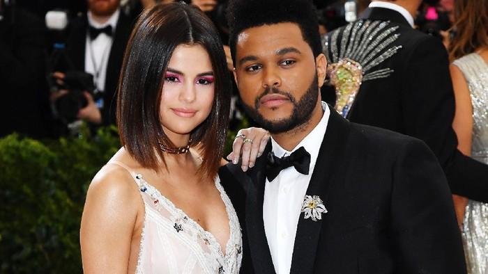 Gak Tega, 5 Pasangan Seleb Hollywood Ini Dilaporkan Putus Melalui Telepon