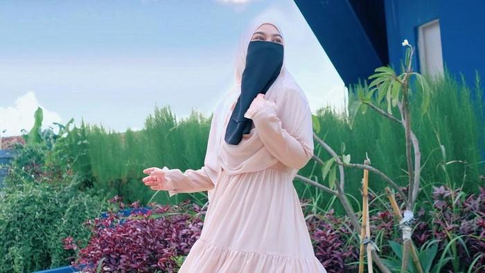 Bercadar Tetap Bisa Stylish, Ini 5 Inspirasi Outfit Hijab ala Wardah Maulina