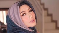 <p>Wanita kelahiran 31 tahun silam ini juga kerap menerima endorsement, terutama produk anak-anak, makeup, dan busana Muslim. (Foto: Instagram @calystavannyws)</p>