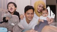 <p>Kebahagiaan keluarga kecil Calysta dan Fedi Nuril makin lengkap dengan kehadiran dua anak, Hasan dan Aksa. (Foto: Instagram @calystavannyws)</p>