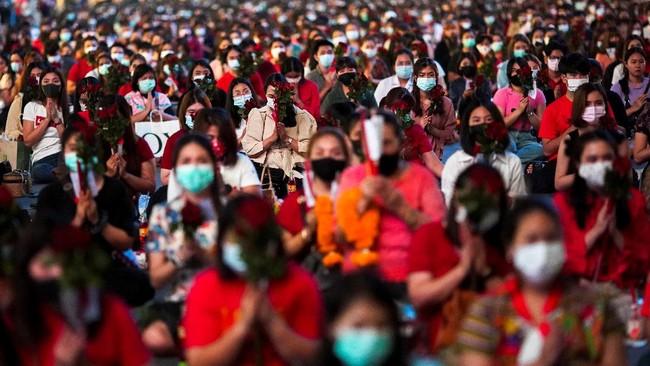 Ratusan warga Thailand berbondong-bondong ke kuil untuk berdoa meminta pasangan jelang perayaan Hari Valentine.